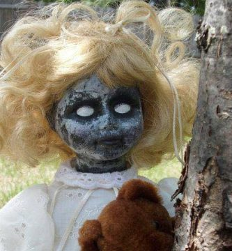 La niña con cabeza de muñeca 3
