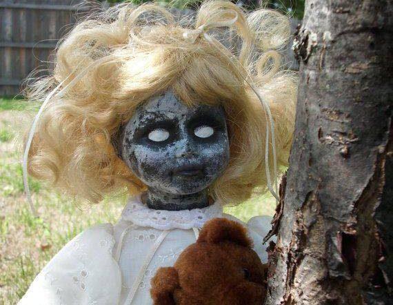 La niña con cabeza de muñeca 1