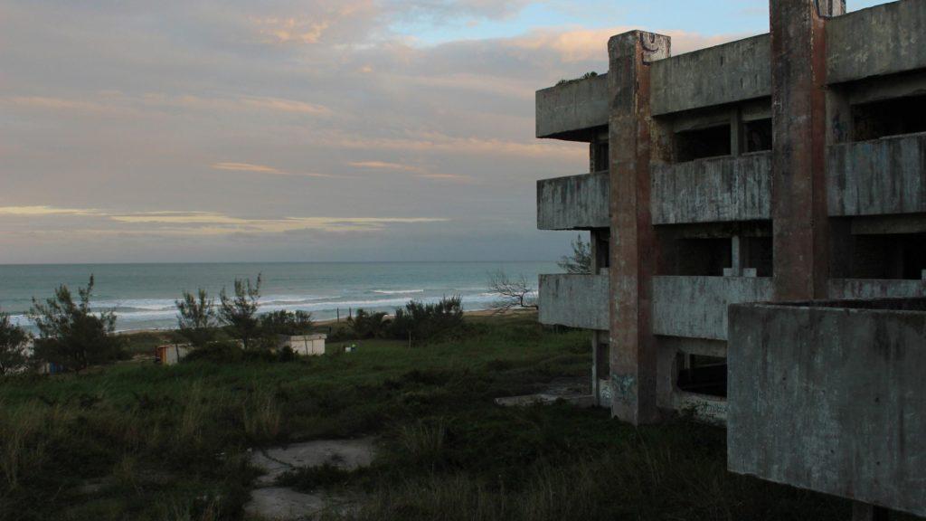 El  gran hotel fantasma que habita en la playa 1