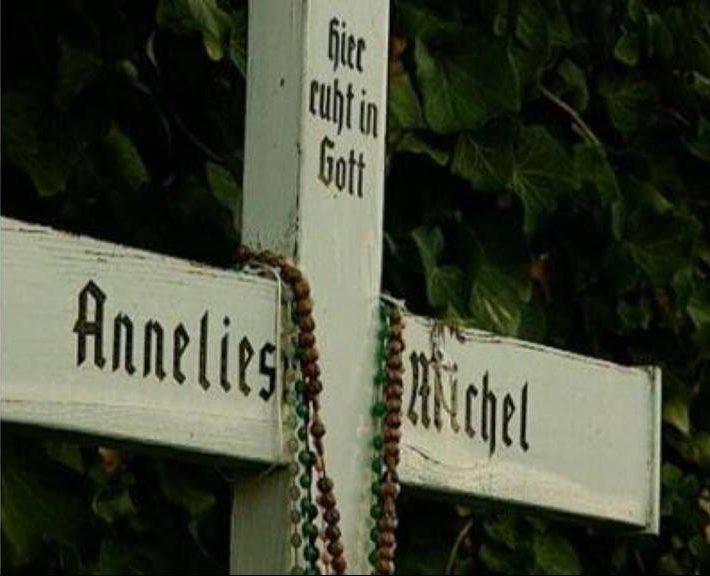La exhumación de Anneliese Michel (Emily Rose) 1